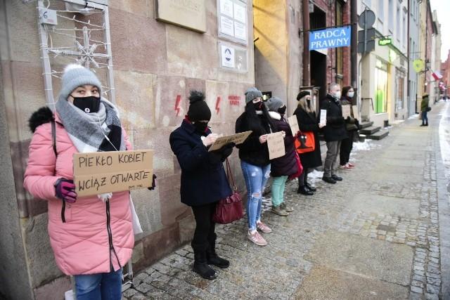W Toruniu pod biurem Prawa i Sprawiedliwości przy ul. Piekary doszło do protestu. Uczestnicy demonstracji sprzeciwiają się decyzji Trybunału Konstytucyjnego, którego decyzja ograniczyła możliwość dokonywania w Polsce aborcji.