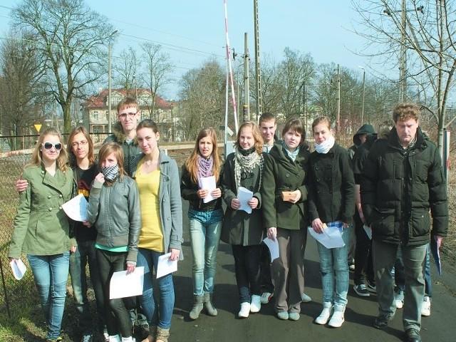Młodzież z Gimnazjum nr 1 w Gniewkowie geografii i przyrody uczyła się 21 marca w terenie