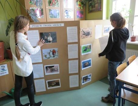 Zespół ze Szkoły Podstawowej nr 2 w Jarocinie przygotowuje wystawę w szkole