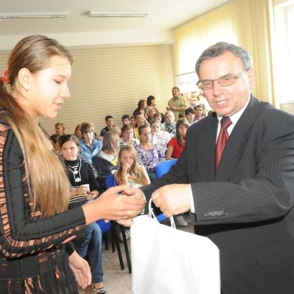 Marszałek wypytywał młodzież o wrażenia z pobytu na Opolszczyźnie i każdemu z nich wręczył upominki.