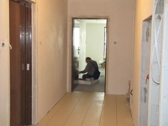 W apartamentowcu Jagiellońska Point przy ulicy Jagiellońskiej w Kielcach robotnicy wykonują ostatnie prace wykończe-niowe. Fot. Volumetric Polska
