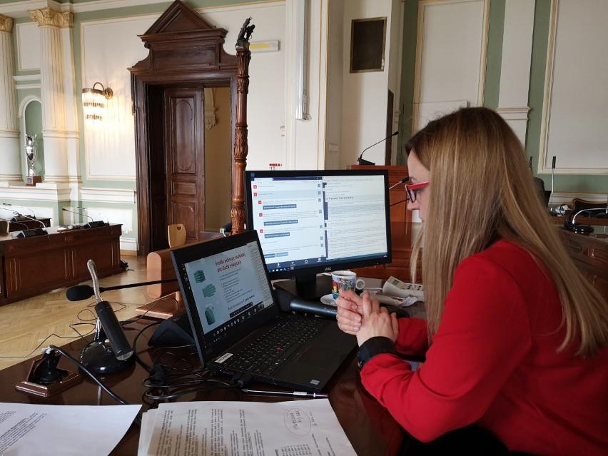 Przewodnicząca Rady Agnieszka Owczarczak była jedyną radną obecną na sali. Pozostali radni uczestniczyli w sesji zdalnie.