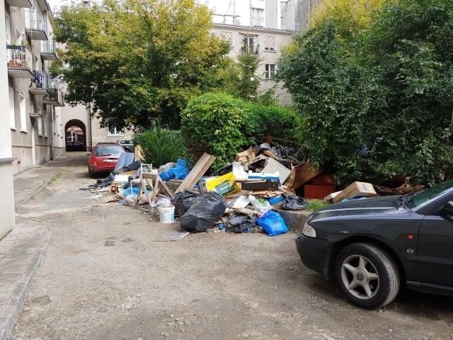 Dzikie wysypisko tuż przy rynku w Opolu, w podwórku budynków przy ulicach Koraszewskiego i Szpitalnej