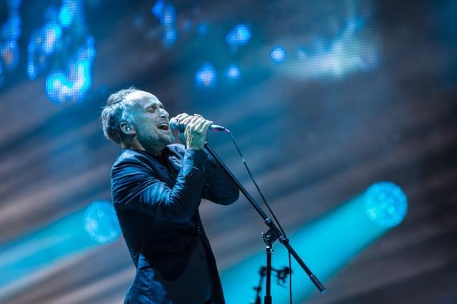 """Lider, kompozytor, autor tekstów, wokalista, promotor. Przez 20 lat frontman Myslovitz, jednego z najbardziej popularnych zespołów w Polsce, z którym dowiódł, że można pogodzić ambitne granie inspirowane zachodnią alternatywą z masowo czytelną formułą popowego przeboju. W 2014 roku ukazała się jego solowa płyta """"Składam się z ciągłych powtórzeń"""". Pochodzą z niej single """"Beksa"""", """"Syreny"""" i """"Czas Który Pozostał"""". Wydawnictwo pokryło się dwukrotną platyną, a płyta otrzymała Fryderyka w kategorii album roku. W ubiegłym roku ukazała się druga płyta Artura Rojka – """"Kundel"""", którą promują single """"Sportowe życie"""" oraz """"Bez końca"""".Zobacz, kto jeszcze wystąpi na scenie --->"""