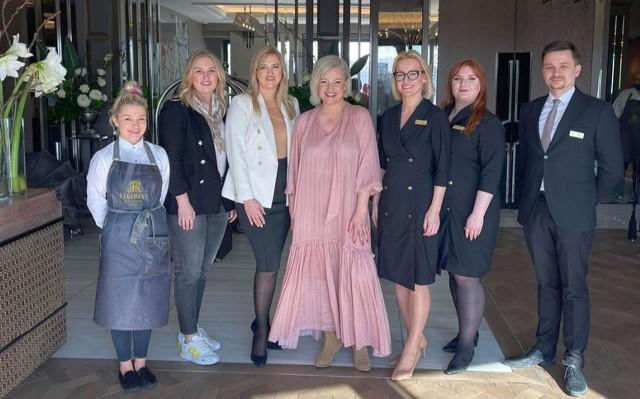 """Dorota Szelągowska wraz z ekipą programu """"Tu jest pięknie"""" odwiedziła Hotel Traugutta3 w Białymstoku. 10. Na zdjęciu Dorota Szelągowska i pracownicy hotelu"""