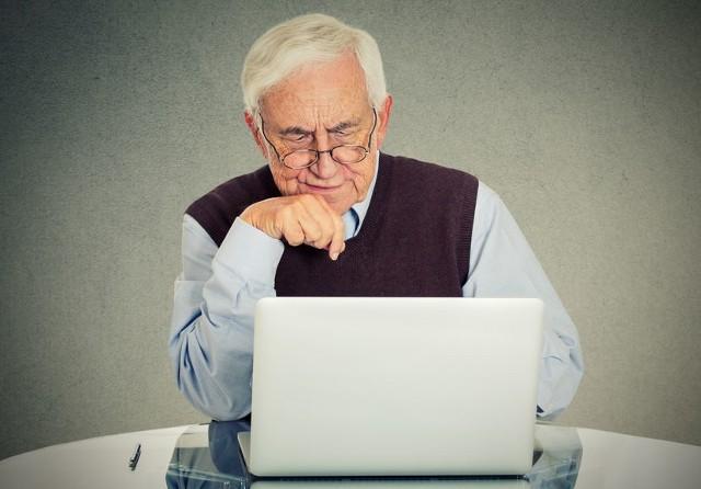 Coraz więcej seniorów zarządza swoimi finansami przez internet lub dzięki bankowości mobilnej