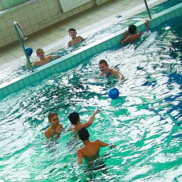 Pływające dzieci można obserwować z trybun tylko podczas zawodów. Niedługo ma się to zmienić.