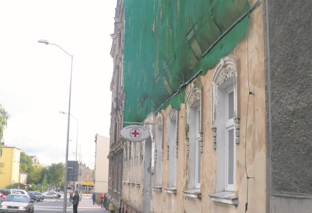 Sporą powierzchnię budynku, w którym siedzibę ma między innymi oddział Polskiego Czerwonego Krzyża, pokryła siatka