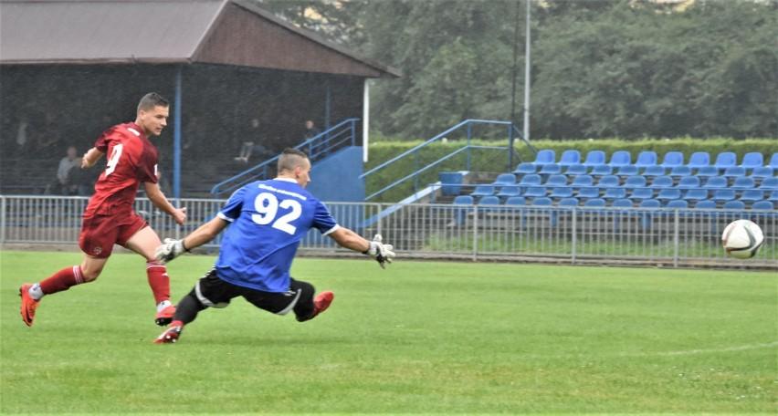 Kacper Chełmecki strzela bramkę dla Wisły, wygrywając pojedynek z Kacprem Mioduszewskim, bramkarzem oświęcimian.
