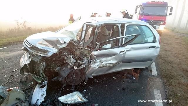 Do czołowego zderzenia citroena i forda doszło na drodze krajowej nr 22 na terenie powiatu sulęcińskiego. Jedna osoba trafiła do szpitala, a samochody zostały poważnie uszkodzone. - Do wypadku doszło w sobotę, 12 listopada, po godzinie 15 - mówi Waldemar Konieczny, rzecznik prasowy Komendy Powiatowej PSP w Sulęcinie. Na drodze krajowej nr 22 ford zderzył się czołowo z citrenem. Samochody zostały poważnie rozbite. Siła uderzenia była tak duża, że ford wypadł z drogi do rowu. W wyniku zderzenia kierowca forda został odwieziony do szpitala. W miejscu wypadku pracowali m. in. strażacy z Sulęcina. Ich działania polegały na zabezpieczeniu miejsca zdarzenia, odłączeniu akumulatorów w rozbitych autach oraz zakręceniu butli z gazem w Fordzie. Strażacy pomogli też w odciągnięciu pojazdów na pobocze, i usunęli plamy płynów eksploatacyjnych oraz pozamiatali elementów karoserii.Zobacz też: Śmiertelny wypadek motocyklisty za Krzeszycami. Czarna seria trwa