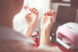 Paznokcie na wesele 2021 dla gościa. Zobacz jakie stylizacje paznokci hybrydowych pasują do czerwonej, różowej, granatowej, czarnej sukienki