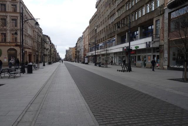 Puste ulice, przystanki tramwajowe, chodniki - tak wyglądało w niedzielę, 22 marca, centrum Łodzi. Mieszkańcy miasta stosują się do porady, by zostać w domu. To najlepszy sposób, aby powstrzymać rozprzestrzenianie się groźnego koronawirusa, który paraliżuje życie nie tylko w Polsce, ale również na całym świecie.Przejdź do kolejnych slajdów, by zobaczyć film z drona i zdjęcia z ulic miasta.
