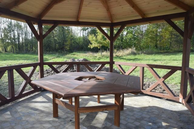 Stół zniknął z altany w Woli Kuraszowej w gminie Borkowice.