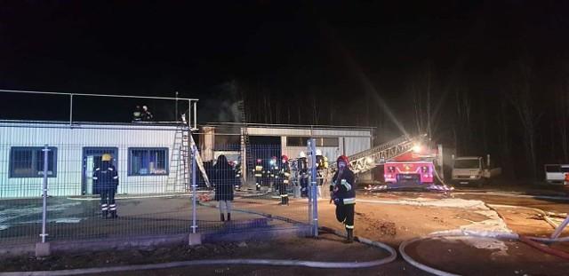 Strażacy zostali wezwani do pożaru hali magazynowej w nocy z wtorku na środę. Ogień zajął budynek w miejscowości Łyski po północy.