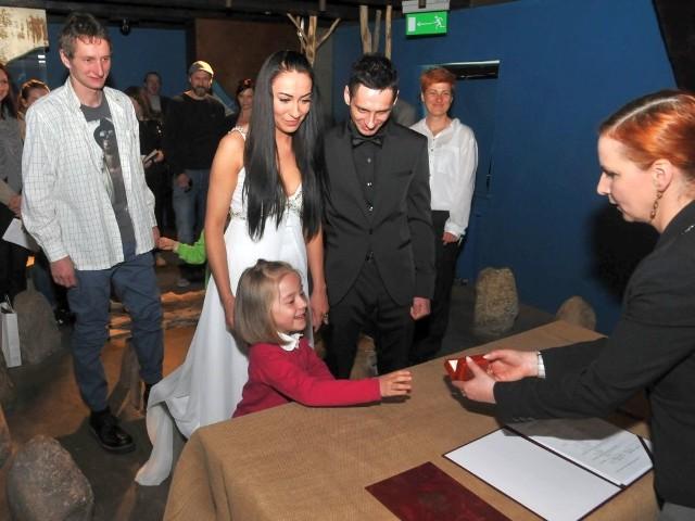 Patrycja i Krzysztof, teraz już państwo Stokowiec, poznali się rok temu na Nocy muzeów w Bydgoszczy. Od razu ich wzięło. Spontanicznie też zdecydowali, że chcieliby się pobrać właśnie w tym miejscu. Zrealizowali swoje marzenie.