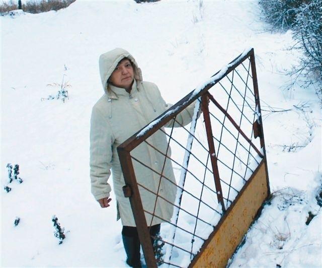 - Dzięki dodatkowym pieniądzom wyremontujemy najbardziej zniszczony zakątek Dziewkowic - mówi sołtys Lidia Tarlińska. (fot. dim)