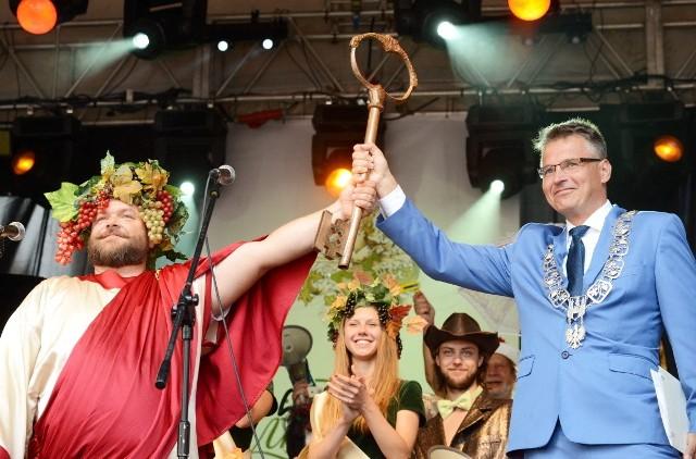 Godz. 14.04  - Winobranie 2016 oficjalnie rozpoczęte. Prezydent Janusz Kubicki przekazał klucz do miasta Bachusowi.
