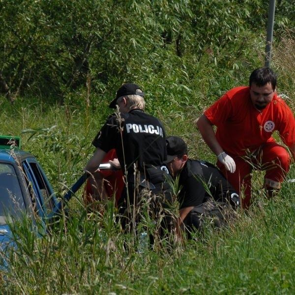 Wypadek pod Kleosinem - samochód zjechal do rowu