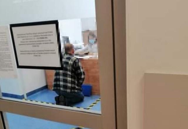 """""""Tak dzisiaj wygląda załatwienie sprawy w PGNiG Kielce. Przed salą obsługi kilkanaście osób, po upragnionym wejściu należy się spowiadać na kolanach... Po zwróceniu uwagi - takie czasy... Takie wytyczne...  Krzesła są pozabierane bo zarażają... Paranoja"""" - napisała pod zdjęciem kielczanka."""