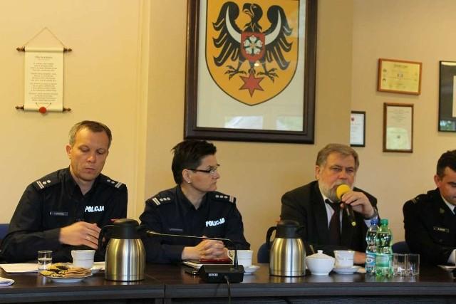 Podczas debaty policję reprezentowała komendant wojewódzka insp. Irena Doroszkiewicz i komendant powiatowy mł.insp. Zbigniew Dychus, a w spotkaniu wziął udział również starosta Julian Kruszyński.