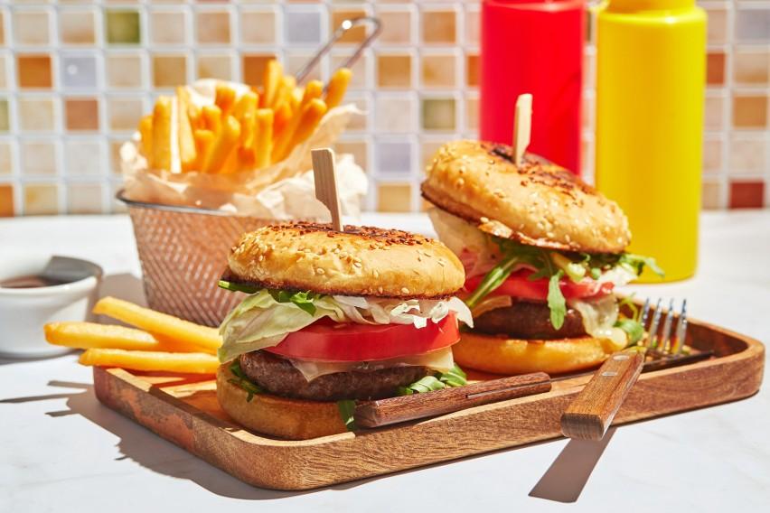 Najgorsze posiłki na upał. Czego nie jeść, by się nie przegrzać? Te dania zepsują ci samopoczucie w upalne dni