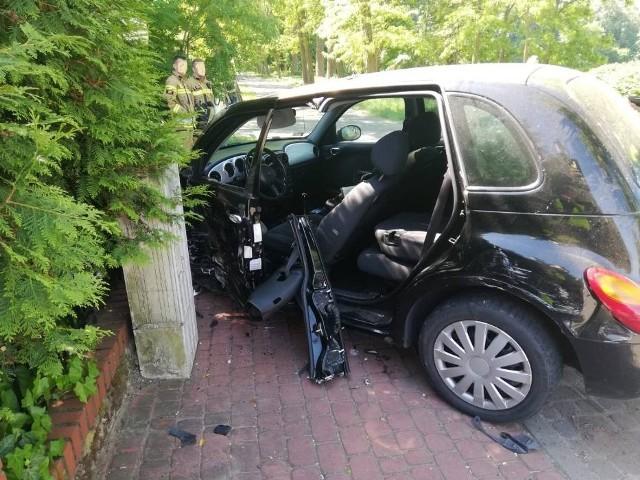 Do zderzenia doszło dzisiaj, 9 czerwca 2021r., przed godziną 9.30, w Szamocinie, na ulicy Parkowej. Z ustaleń policji wynika, że 20-letni kierujący audi uderzył swym samochodem w wyjeżdżającego z posesji cryslera.