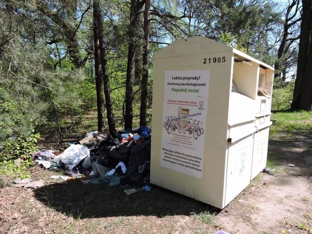 Tuż po długim weekendzie mieszkańcy wsi Goworki zgłosili nam: przy pojemnikach leży  stos ubrań