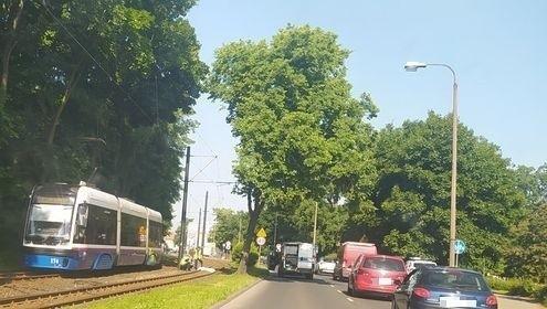 Pieszy wpadł pod tramwaj na ulicy Nakielskiej w Bydgoszczy.