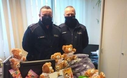 Policjanci z Grójca zebrali podarunki dla dzieci.
