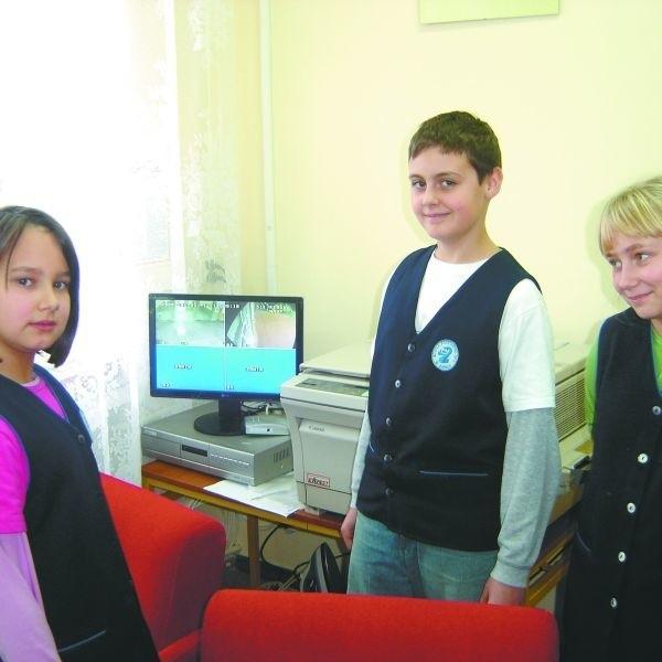 Dla dzieci kamery to atrakcja. Sylwia, Hubert i Paulina z SP nr 2 z zaciekawieniem przyglądają się obrazom na monitorze.
