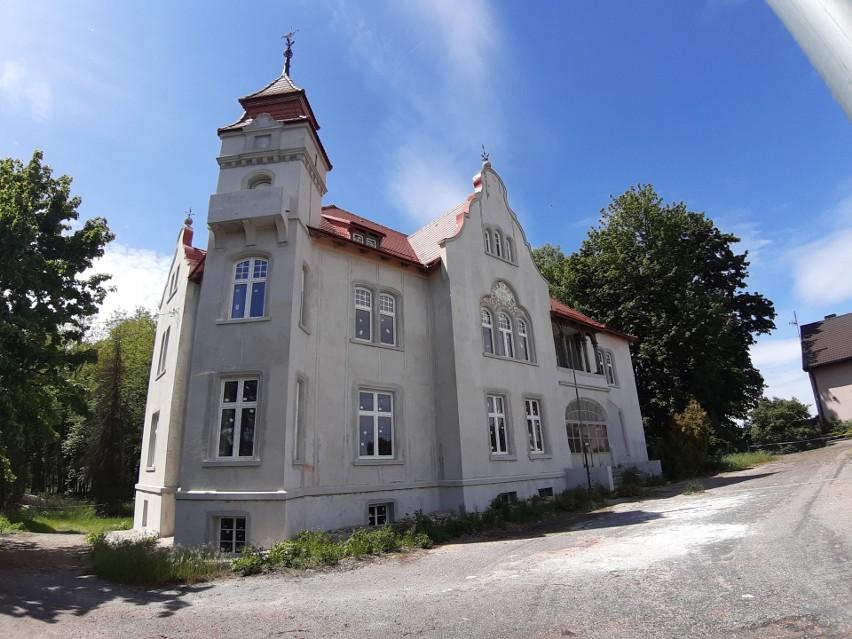 Remontowany 120-letni pałac w Kozłowicach.