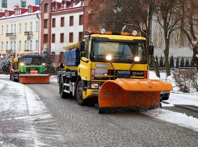 Walka z zimą już się rozpoczęła. Wczoraj na ulice Białegostoku wyjechały pługi i piaskarki. Można je było spotkać m.in. na ul. św. Mikołaja.