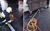 Recz. W ciężarówce zapaliła się opona. Po ugaszeniu strażacy użyli poduszek powietrznych, by podnieść naczepę