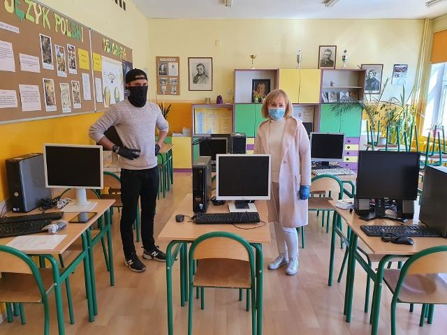 Komputery trafiły m.in. do SP 11 w Grudziądzu. Na zdjęciu: Marlena Treichel, dyrektor szkoły i Tomasz Wolski z Polska Press Grupa
