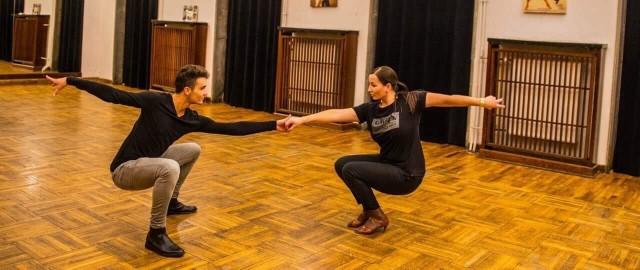 Dyrektor I Liceum im. J. Słowackiego w Skarżysku Martyna Maćkowiak trenuje taniec z Marcelem Skórskim ze szkoły tańca Respect Dance