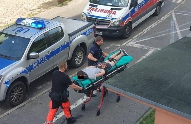 Napastnik, który w piątek na os. Armii Krajowej w Poznaniu zaczepił dwóch chłopców pochodzenia ormiańskiego, był bardzo agresywny. Jak twierdzą świadkowie, nawet policja z trudem dawała sobie radę. Z tego powodu wezwano pogotowie, a agresora przypięto do noszy pasami. Trafił do szpitala, na oddziale toksykologii pobrano mu krew, by sprawdzić, czy był pod działanie substancji psychoaktywnych.