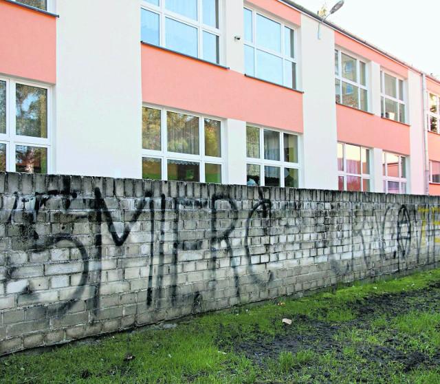 Więźniowie będą zamalowywać napisy na szkołach