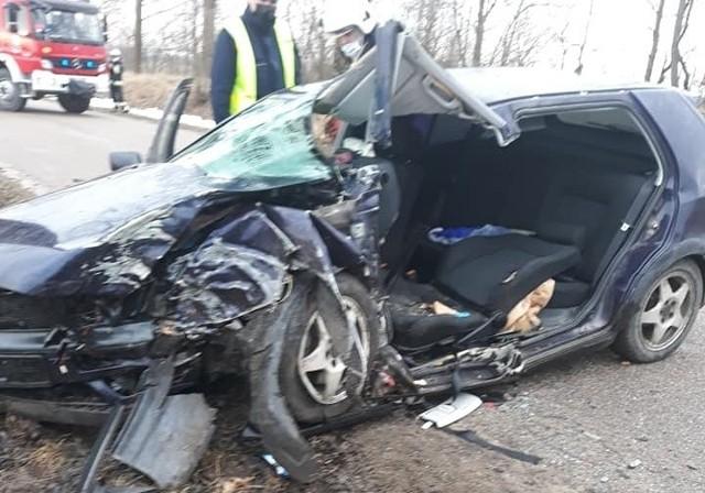 Wypadek w miejscowości Wiśniowo Ełckie. Volkswagen uderzył w przydrożne drzewo