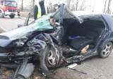 Wypadek na trasie Wiśniowo Ełckie - Kałęczyn. Volkswagen roztrzaskał się o drzewo. Kierowca był zakleszczony w aucie [ZDJĘCIA]