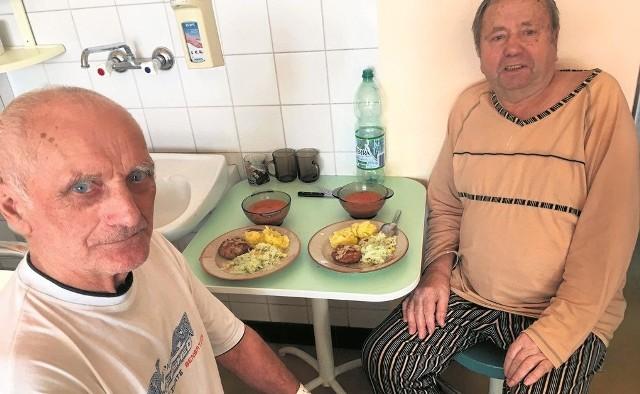 Panowie Franciszek i Alfred z oddziału kardiologii na szpitalne jedzenie w WCM nie narzekają. Na Wigilię będą pierogi z kapustą i pieczarkami oraz ryba po grecku, w Boże Narodzenie - szynka.