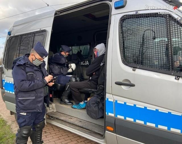 Policjanci podczas meczu Rakowa i Śląska interweniowali ponad 130 razyZobacz kolejne zdjęcia. Przesuwaj zdjęcia w prawo - naciśnij strzałkę lub przycisk NASTĘPNE
