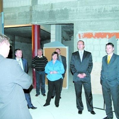 Niezagospodarowaną część budynku OCK, w której ma powstać mała salka kinowa, obejrzeli radni i prezydent miasta