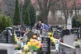 Cmentarze nie są zamknięte. Ludzie porządkują groby przed Wielkanocą. Pamiętajmy o koronawirusie: dystans, maseczka, dezynfekcja