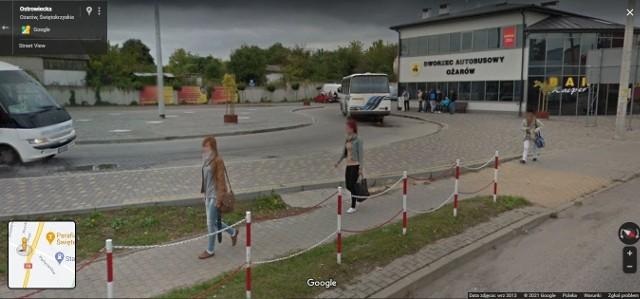 """Kolorowy samochód lub inny pojazd z logo Google i charakterystyczną """"kopułką"""" na górze w 2013 oku można było zauważyć na ulicach Ożarowa, bo to wtedy robiono zdjęcia aktualizując funkcję Google Street View. W programie automatycznie zamazywane są ludzkie twarze i tablice rejestracyjne samochodów, ale na zdjęciach można rozpoznać siebie lub kogoś znajomego po charakterystycznej sylwetce, ubraniu lub miejscu. A może to ciebie upolowała kamera Google'a - na spacerze z psem, w czasie zakupów lub podczas rowerowej przejażdżki?KOLEJNE ZDJĘCIA Z OŻAROWA NA NASTĘPNYCH SLAJDACH >>>Google Street View"""