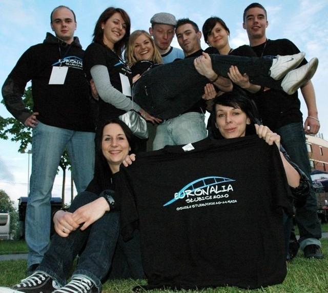 Piotr, Laura, Kasia, Paweł, Piotr, Ula, Patryk, Magda, Edyta -uśmiechnięci studenci biorący udział w tegorocznych EURONALIACH.