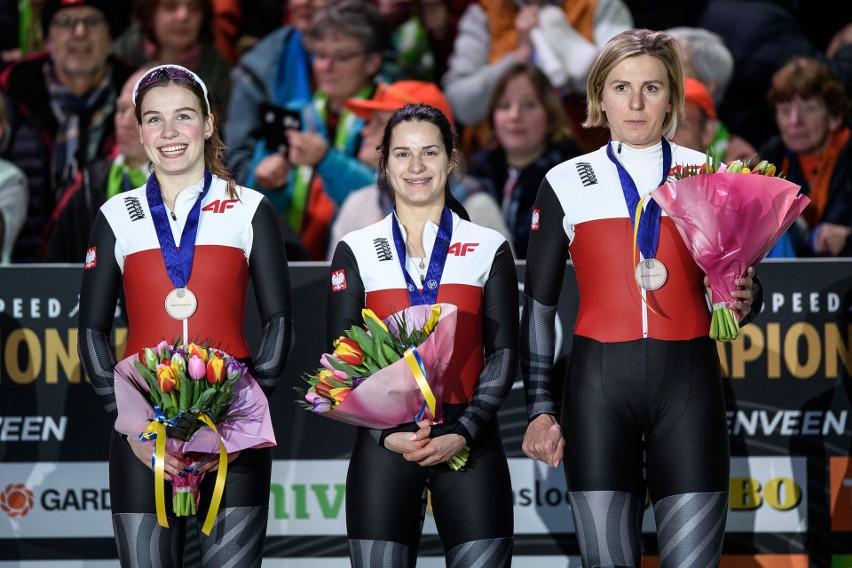 Kaja Ziomek (od lewej), Andżelika Wójcik i Natalia Czerwonka zdobyły brązowy medal Mistrzostw Europy w łyżwiarstwie szybkim w Heerenveen