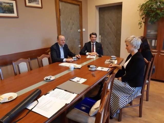 Dr Wiesława Gierańczyk z GUS odwiedziła Krzysztofa Wypija, wójta gminy Chełmno by porozmawiać o spisie. W spotkaniu wziął też udział Marcin Pilarski z Urzędu Gminy Chełmno