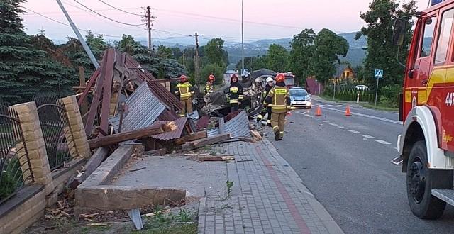 Kierowca, który dachował w Siedliskach wypadł z drogi i rozbił przystanek