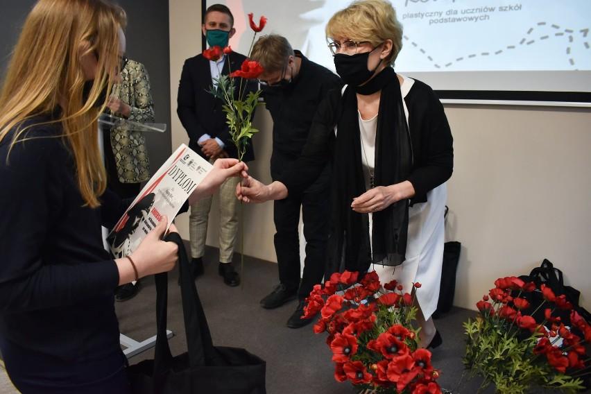 Uczniowie świętokrzyskich szkół nagrodzeni za udział w konkursie plastycznym o Armii Polskiej na Wschodzie