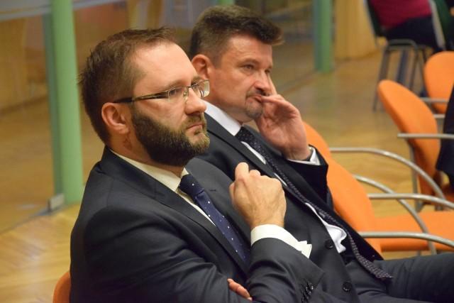 Od lewej: nowy starosta Mirosław Birecki i jego poprzednik Piotr Pośpiech od początku kadencji są w ostrym sporze.